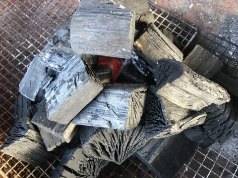 バーベキューをするときに炭の量はどれくらい?炭の種類も紹介